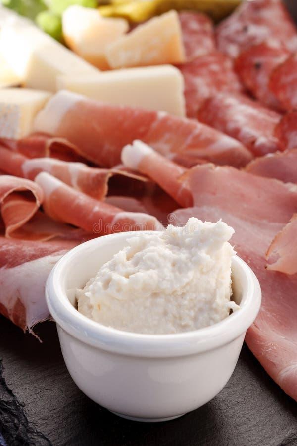 Talerz drobina i typowy włoski salami z serem i zalewą zdjęcie stock