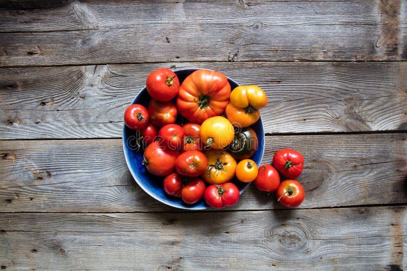 Talerz heirloom wieśniak barwił pomidory życie, wciąż, odgórny widok fotografia stock