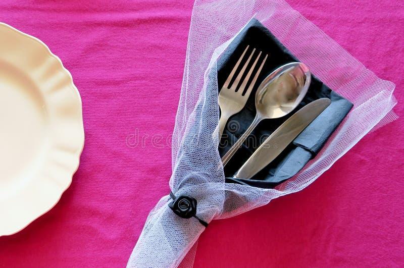 Talerz i cutlery na różowym tle z dekoracją fotografia royalty free