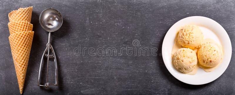Talerz lody miarki z gofrów rożkami obrazy stock