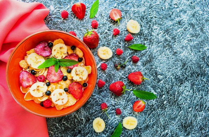 Talerz muesli z jagod, banana i lna ziarnami, dekoruje z nowymi liśćmi Zdrowy i zdrowy śniadaniowy Odgórny widok fotografia royalty free