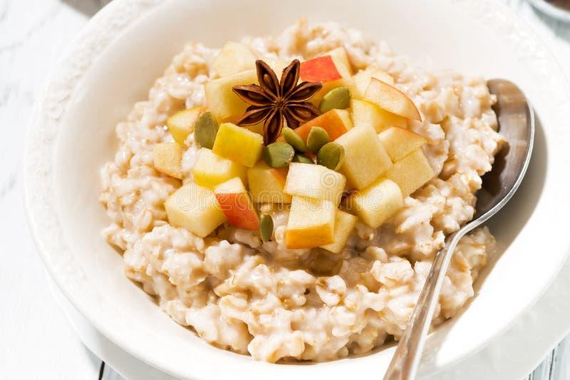 talerz oatmeal z jabłkami i pikantność, zbliżenie odgórny widok fotografia stock