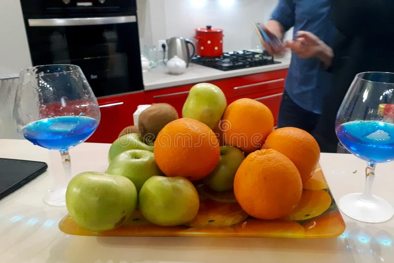 Talerz owoc i dwa szkła z błękitnym napojem obrazy stock