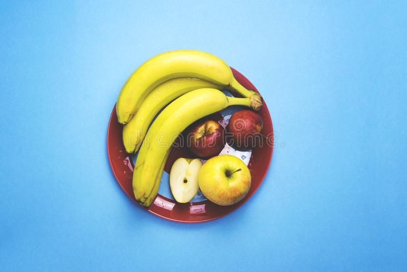 Talerz owoc na koloru tle zdjęcie stock