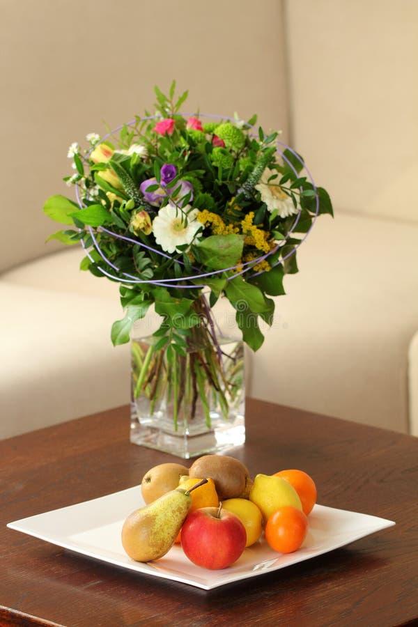 Talerz owoc w żywym pokoju zdjęcie royalty free