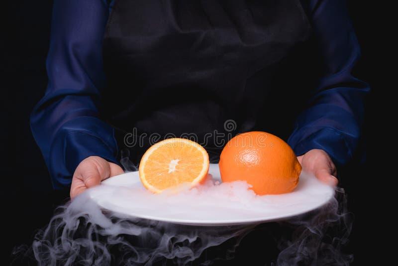Talerz owoc w ręce zdjęcia royalty free