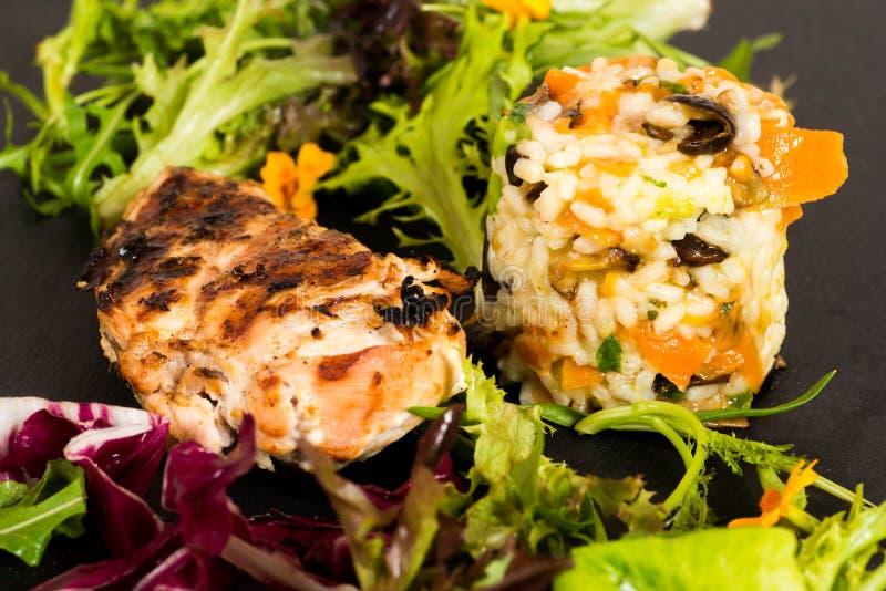 Talerz piec na grillu kurczak z risotto zdjęcia royalty free