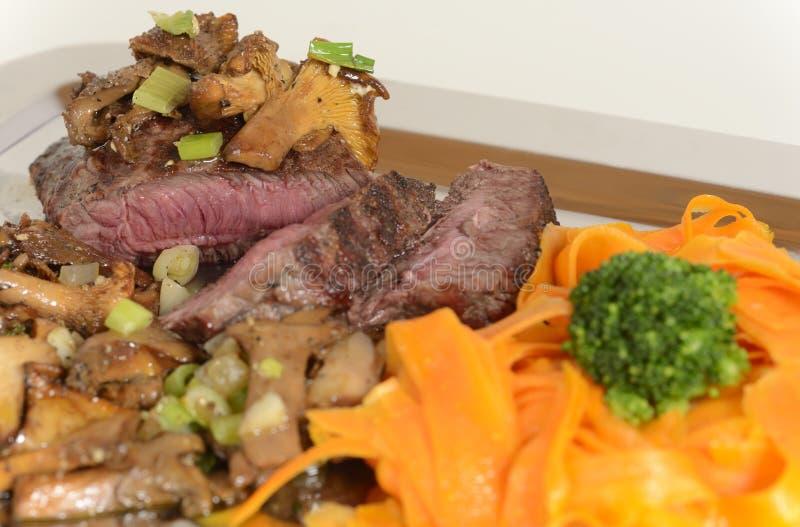Talerz piec na grillu stek z warzywami zdjęcie royalty free