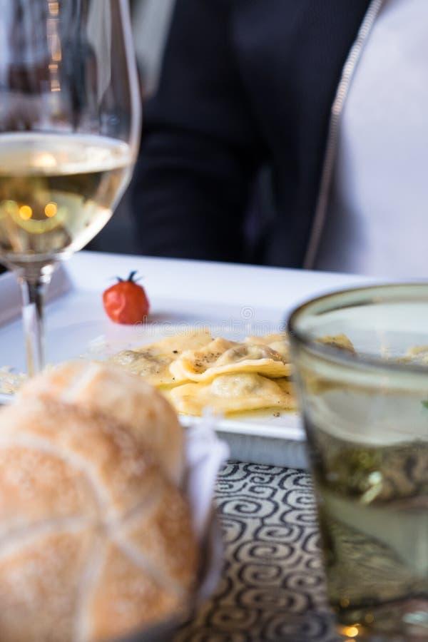 Talerz pierożek w Włoskiej restauracji fotografia royalty free