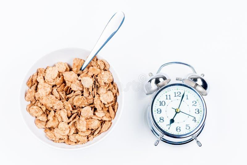 Talerz pożytecznie muesli dla śniadania o i retro budzika fotografia royalty free