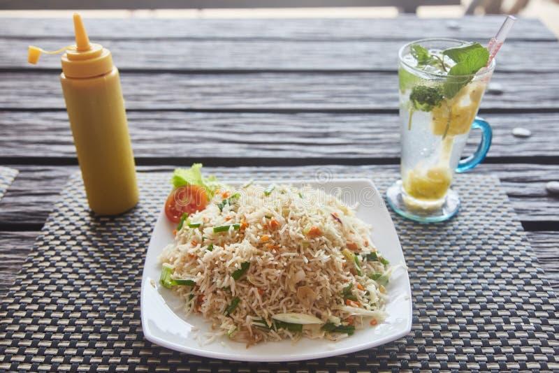 Talerz ryż szklany mojito na widok Zakończenie zdjęcia royalty free