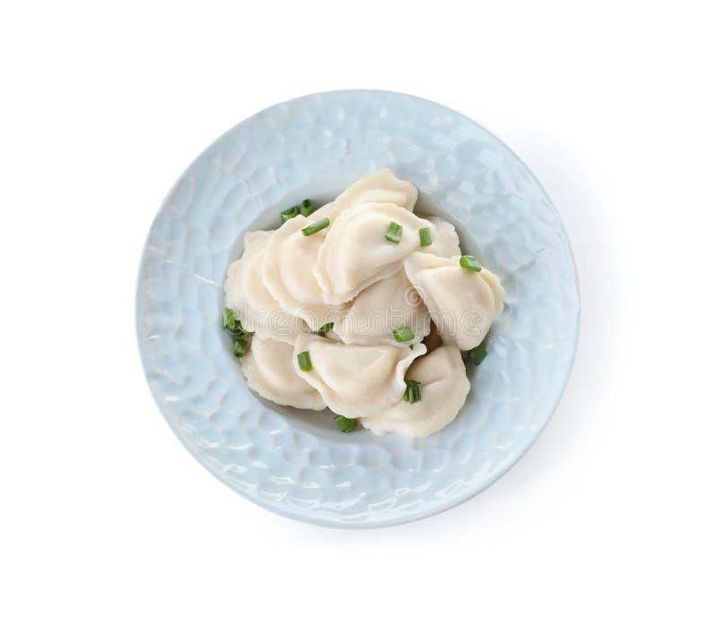 Talerz smakowite kluchy słuzyć z zieloną cebulą na białym tle zdjęcie stock