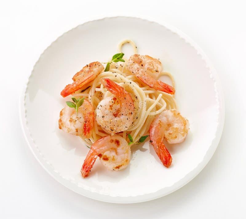 Talerz spaghetti i smażyć krewetki zdjęcia stock