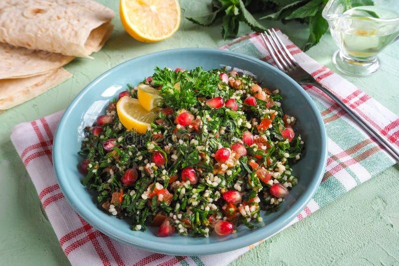 Talerz tabbouleh sałatka, zakończenie Tradycyjny Arabski jedzenie obraz stock