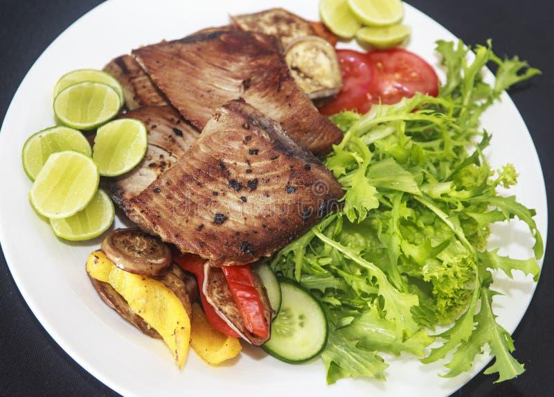 Talerz z piec na grillu tuńczyka rybi polędwicowym. obraz stock