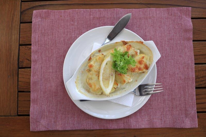 Talerz z piec parmesan żerdzią plasterkiem cytryna i obrazy royalty free
