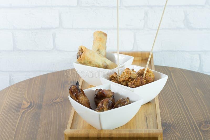 talerz z przekąskami od wiosen rolek kurczaka chicke i popkornu zdjęcia stock