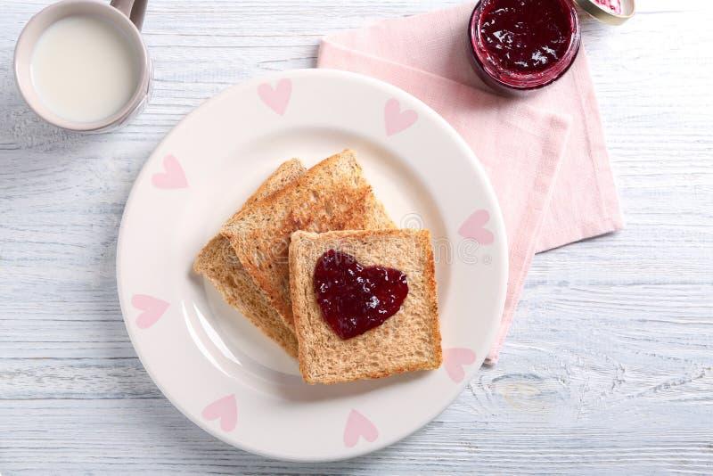 Talerz z smakowitym wznoszącym toast chlebem i dżemem fotografia stock