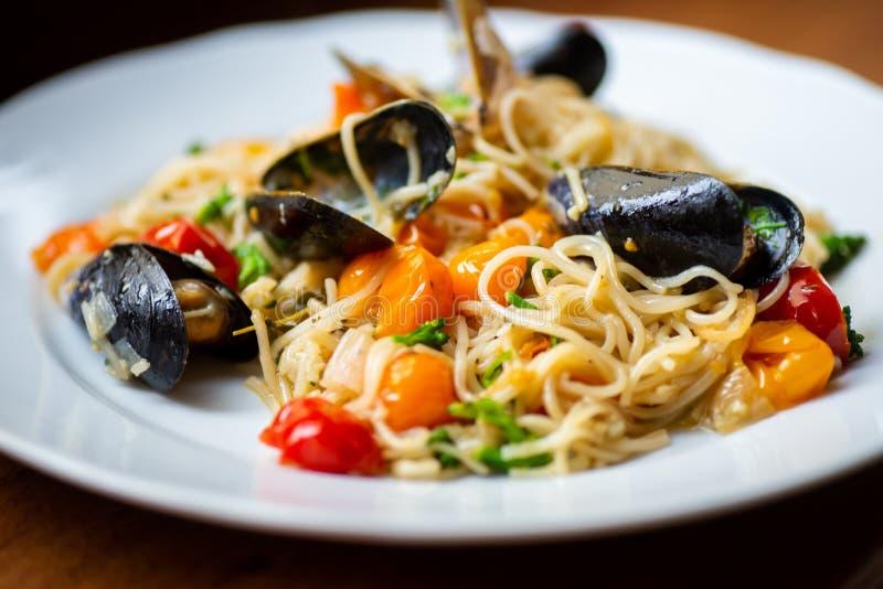 Talerz z spaghetti, mussels i czereśniowym pomidorem, zdjęcia royalty free
