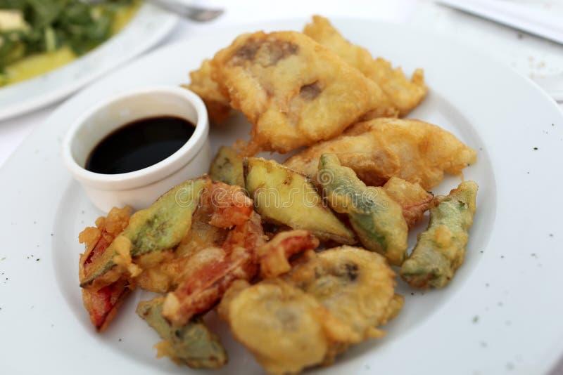 Talerz z tempura warzywami i ryba obrazy stock