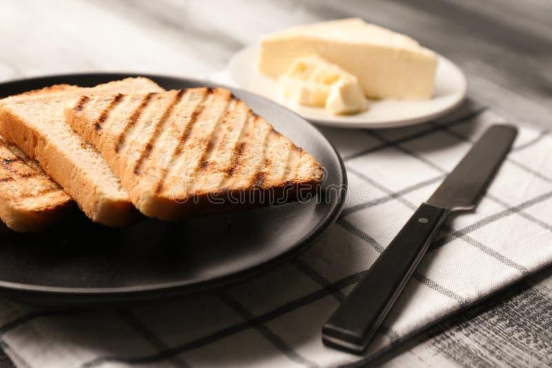 Talerz z wznosz?cym toast chlebem na stole obraz royalty free