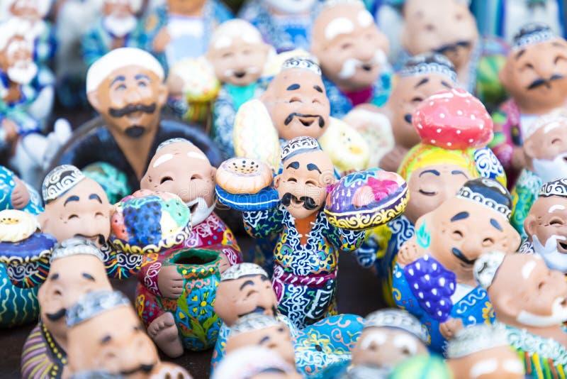 Talerze i garnki na ulicznym rynku w mieście Bukhara, uzbek obrazy royalty free