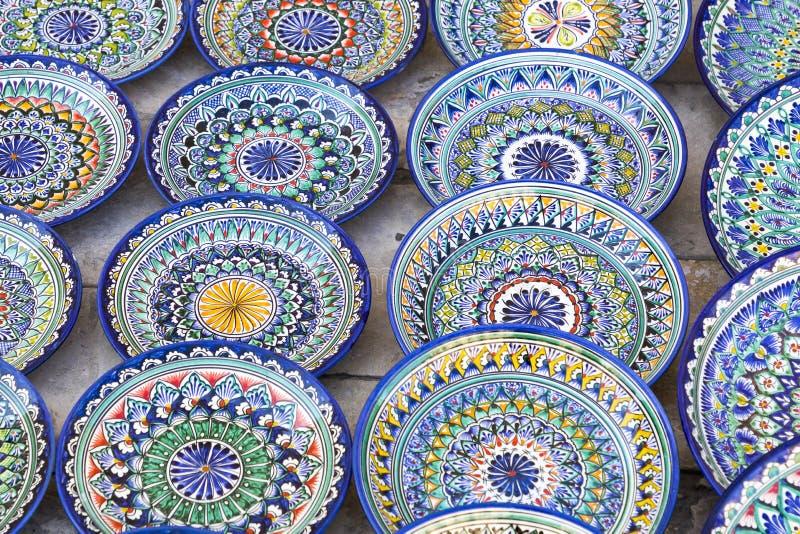 Talerze i garnki na ulicznym rynku w mieście Bukhara, uzbek obraz stock