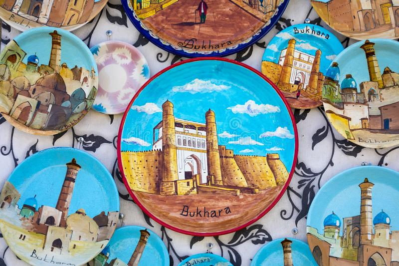 Talerze i garnki na ulicznym rynku w mieście Bukhara, uzbek fotografia stock