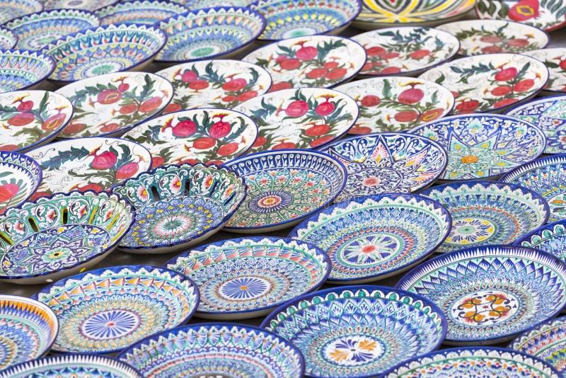 Talerze i garnki na ulicznym rynku w mieście Bukhara, uzbek obrazy stock