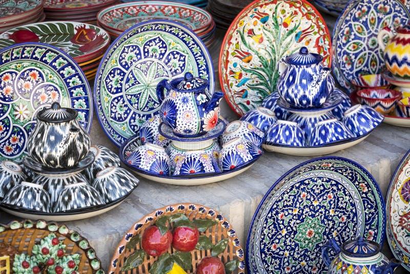 Talerze i garnki na ulicznym rynku w mieście Bukhara, uzbek fotografia royalty free