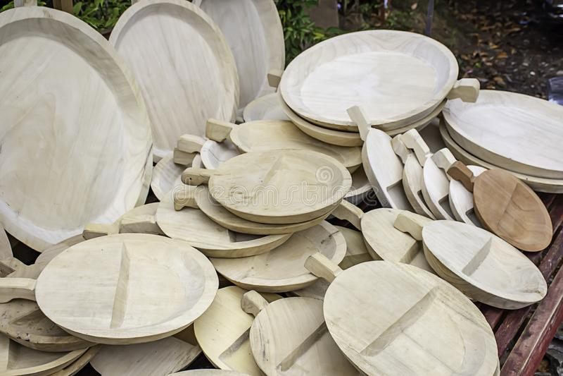 Talerze robić drewno Stawiać wpólnie dużo na stole fotografia stock