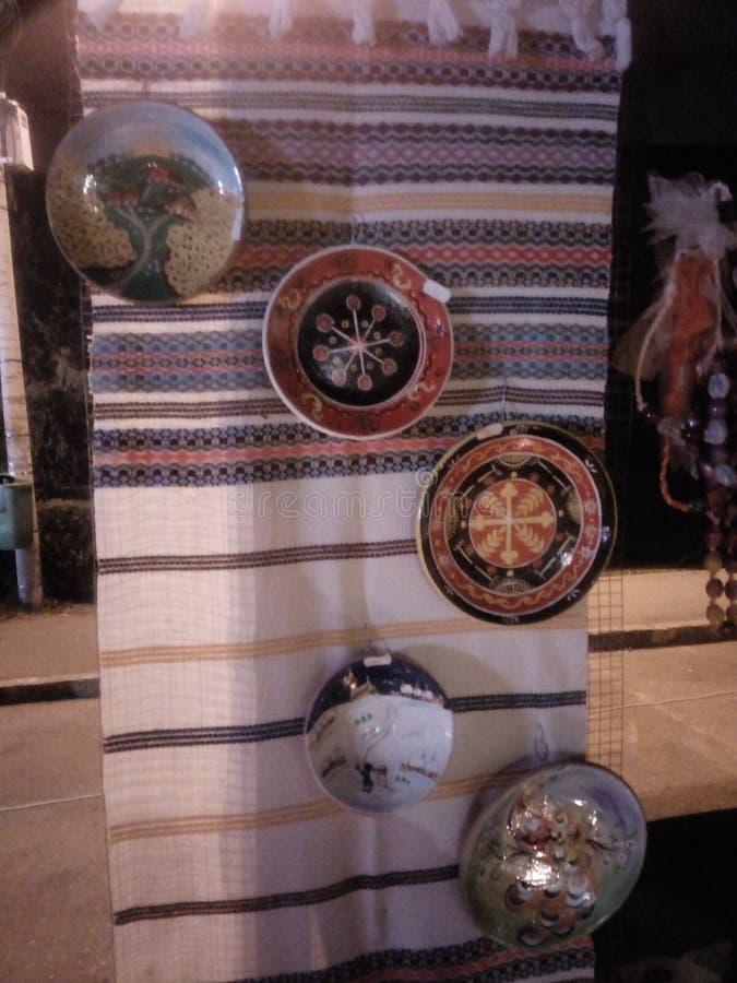 Talerze wiesza na tradycyjnym dywaniku fotografia royalty free