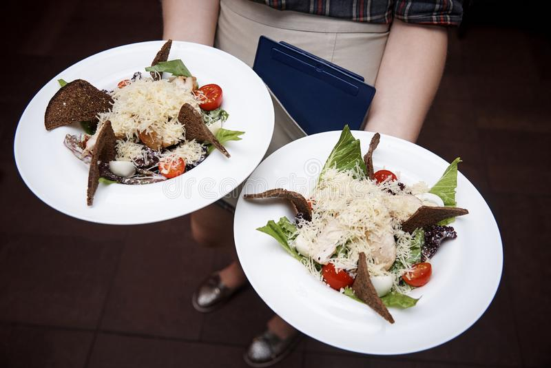 talerze z sałatkowym naczyniem zdjęcia royalty free
