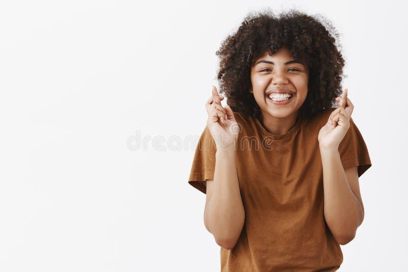 Talia strzał atrakcyjna wierna i optymistycznie nastoletnia amerykanin afrykańskiego pochodzenia dziewczyna z afro fryzury skrzyż zdjęcie stock