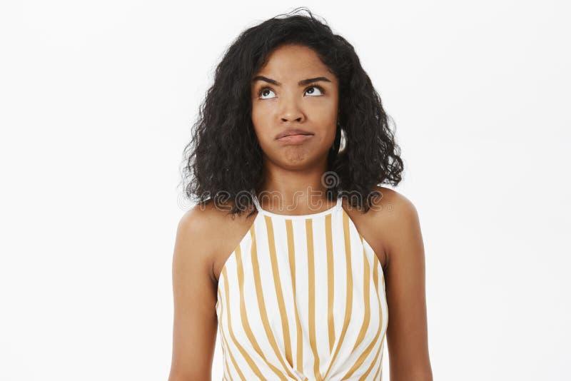 Talia strzał nieświadomy i kwestionuję niemądry amerykanin afrykańskiego pochodzenia dziewczyny próbować rozumie co robić mylny p obrazy royalty free