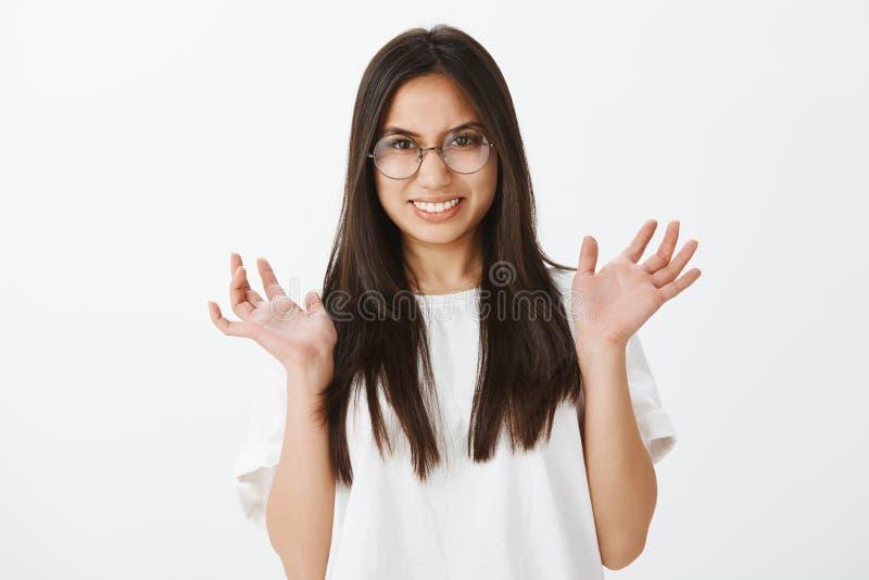 Talia strzelająca zdegustowana niewygodna intensywna kobieta z ciemnym włosy, podnoszący palmę i grimacing z zaciska zęby fotografia royalty free