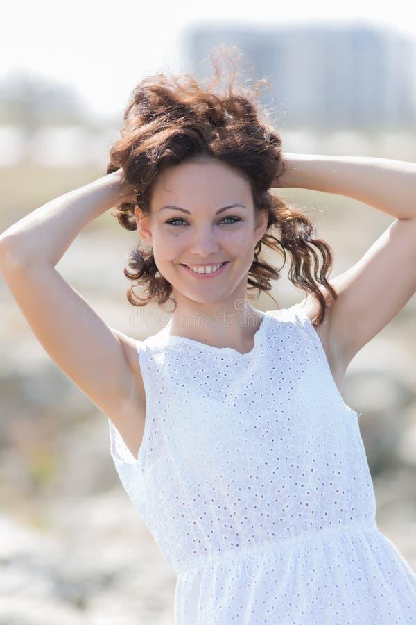 Talia w górę portreta śliczna dziewczyna w bielu fotografia stock