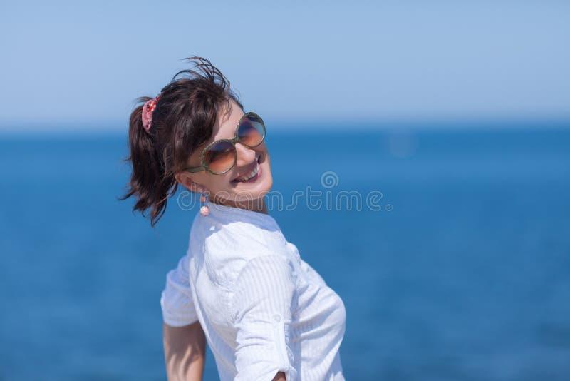 Talia w górę portreta w średnim wieku kobieta przeciw morzu fotografia stock