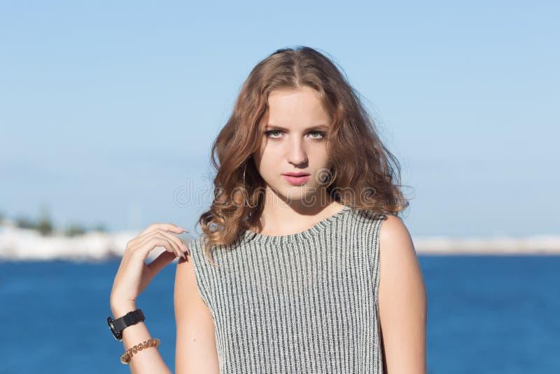Talia w górę portreta atrakcyjna dziewczyna przeciw morzu obrazy royalty free