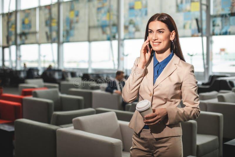 Talia w górę portreta bizneswoman ma rozmowę telefoniczną obrazy royalty free