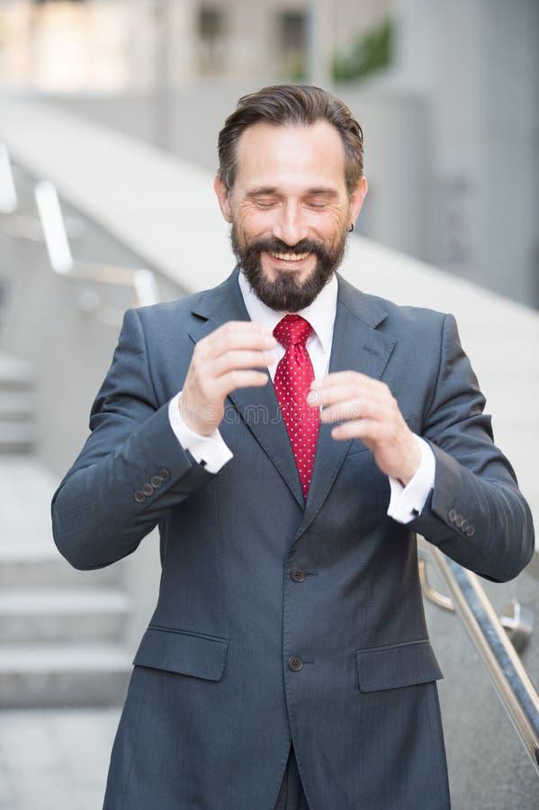 Talia w górę radosnego biznesmena gestykuluje z jego oczami zamykającymi zdjęcia royalty free