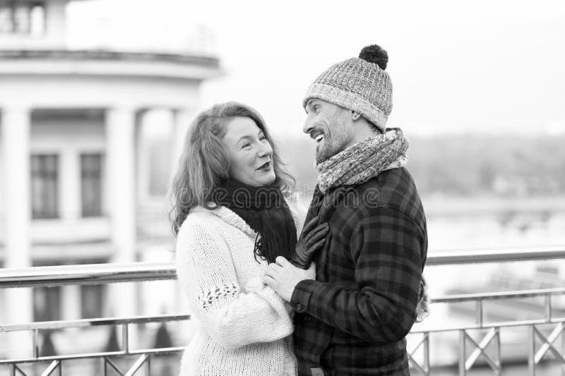 Talia w górę uroczej w średnim wieku pary ma przyjemnego spacer obrazy stock