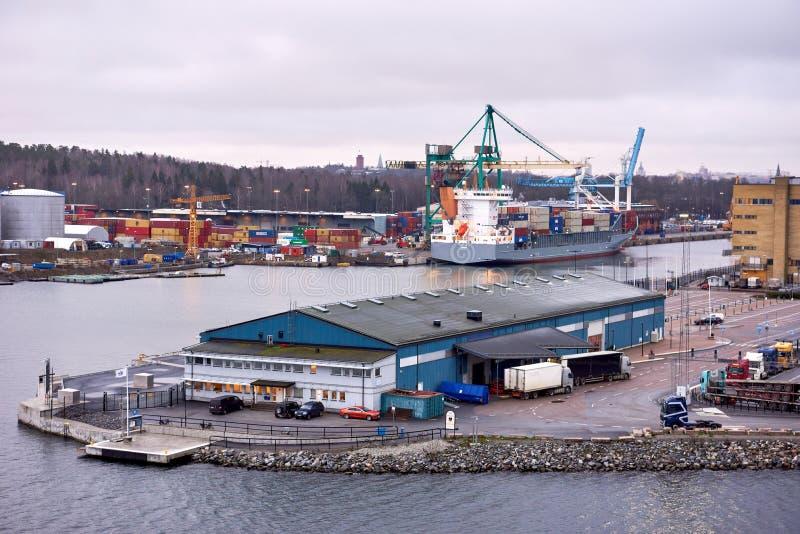 TALIN DES 2018 DE ESTÔNIA 17: Carga do navio de recipiente no porto imagem de stock