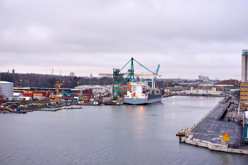 TALIN DES 2018 DE ESTÔNIA 17: Carga do navio de recipiente no porto foto de stock royalty free