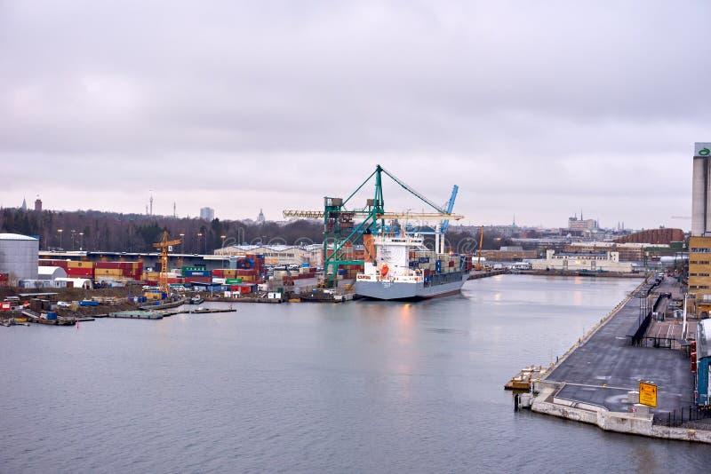 TALIN ESTONIA 17 DES 2018: Zbiornika statku ładowanie w porcie zdjęcie royalty free