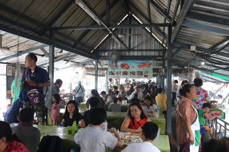 Taling Chan Floating Market el día de fiesta, mucha gente viene comprar y comer diversa comida imagen de archivo libre de regalías