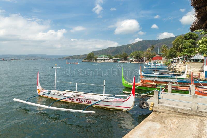 Talisay, Filippine - 6 aprile 2017: Barche passeggeri sul lago Taal, cratere del vulcano fotografia stock