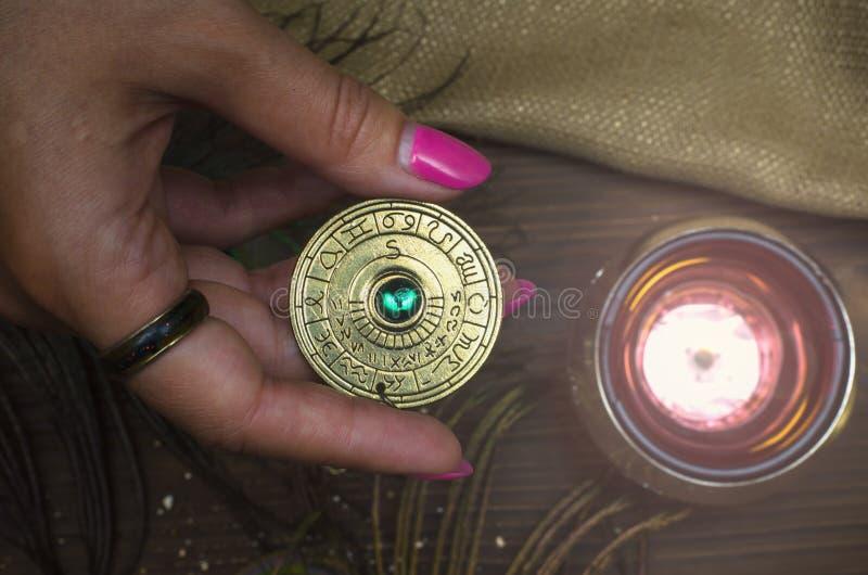 Talismán de la rueda del zodiaco Amuleto del horóscopo astrología foto de archivo