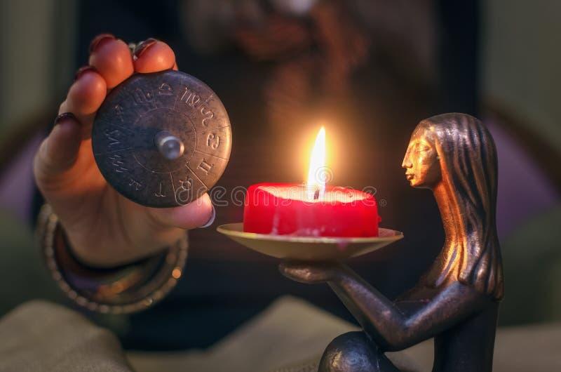 Talismã do zodíaco Roda do horóscopo astrology Caixa de fortuna divination fotos de stock