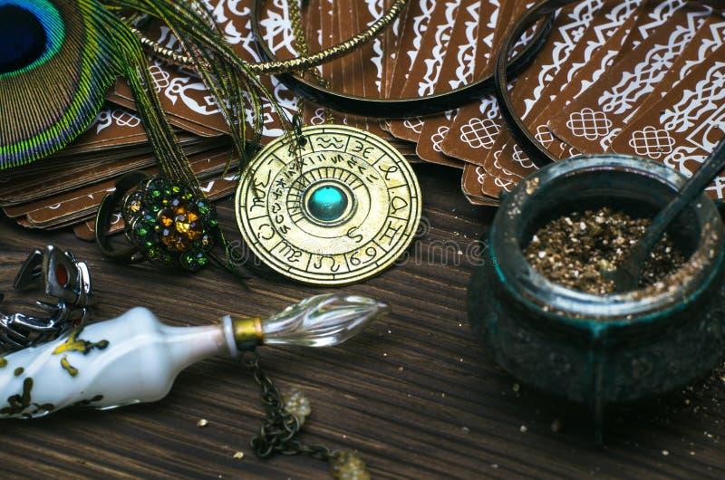 Talismano della ruota dello zodiaco con le carte di tarocchi Amuleto dell'oroscopo astrologia immagini stock